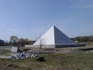 Фото: Під Кременчуком побудували піраміду Хеопса