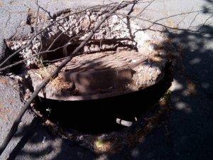 Фото: У Полтаві на вулиці створює небезпеку відкритий люк