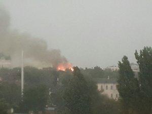 Фото: У Полтаві блискавка влучила у багатоповерхівку і та загорілася (оновлено, ФОТО)