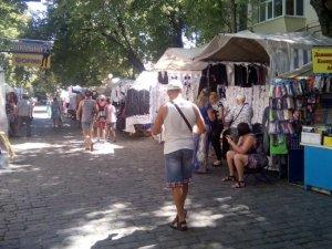 Шкільний ярмарок в центрі Полтави: товар є, покупців катма