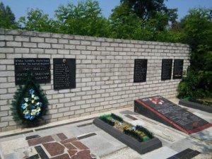 На Полтавщині чоловіки поцупили плити з братської могили