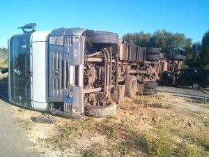 Фото: На Полтавщині перекинулась вантажівка: у ДТП постраждали четверо людей