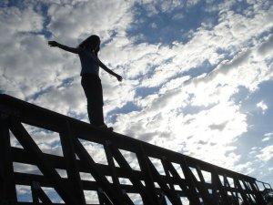 Фото: На Полтавщині жінка стрибнула з залізничного мосту на колії