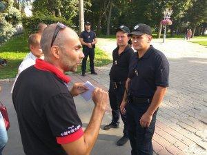 Фото: Поліція завадила підняттю українського прапора у Полтаві (оновлено + відео)