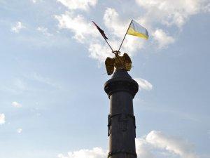 Фото: Активісти встановили прапори на монумент Слави у Полтаві без допомоги автовишки