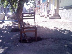 Фото: У центрі Полтави утворилось невелике провалля (фотофакт)