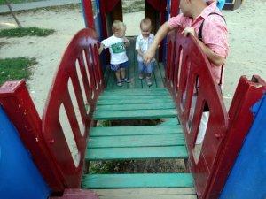 Дитячий майданчик у Сонячному парку Полтави: хто відповість за бардак