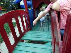 Фото: Дитячий майданчик у Сонячному парку Полтави: хто відповість за бардак