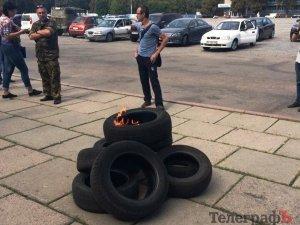 Фото: Біля Кременчуцької міської ради атовці підпалили шини (ФОТО)