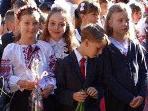 Фото: Перший дзвоник: полтавських учнів на уроки скликали брати-близнюки