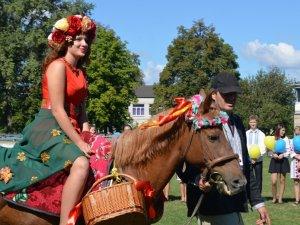 Фото: У Глобиному на Полтавщині першокласників вітала Осінь на коні