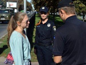 Фото: У Полтаві поліцейські та маленька дівчинка вчили городян переходити вулицю (ФОТО, ВІДЕО)