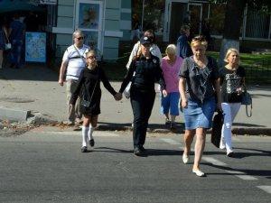 У Полтаві поліцейські та маленька дівчинка вчили городян переходити вулицю (ФОТО, ВІДЕО)