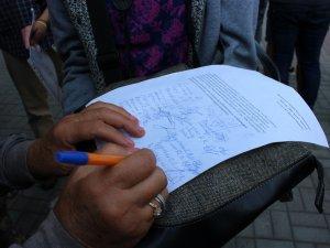 Фото: Мами Героїв прийшли до поліції питати, хто відповість за розбиті меморіальні дошки їхнім синам